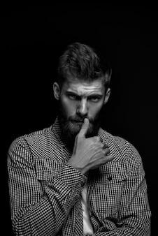 Retrato en blanco y negro postudio de brutal hombre barbudo tocando