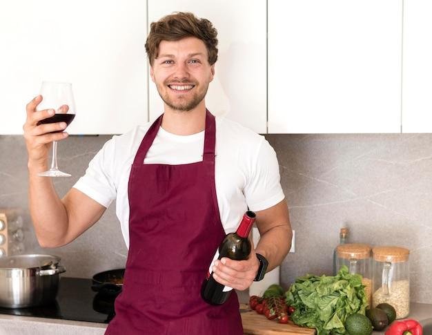 Retrato de blogger bebiendo vino en casa