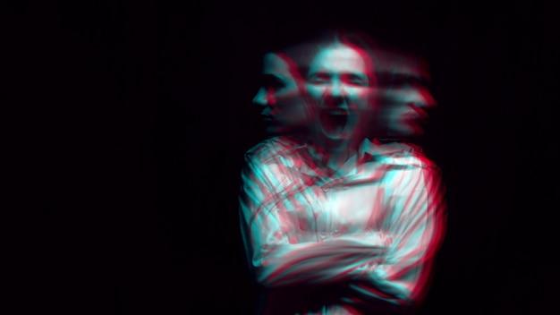 Retrato borroso de una mujer esquizofrénica con trastornos paranoides y enfermedad bipolar sobre un fondo oscuro. blanco y negro con efecto de realidad virtual 3d glitch