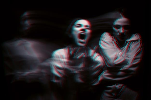 Retrato borroso de una niña psicópata con trastornos paranoides mentales. blanco y negro con efecto de realidad virtual 3d glitch