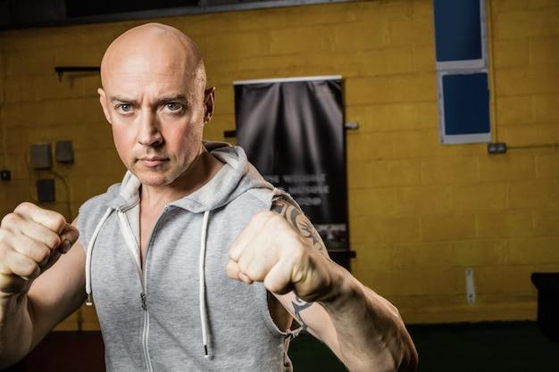 Retrato de boxeador tailandés practicando boxeo