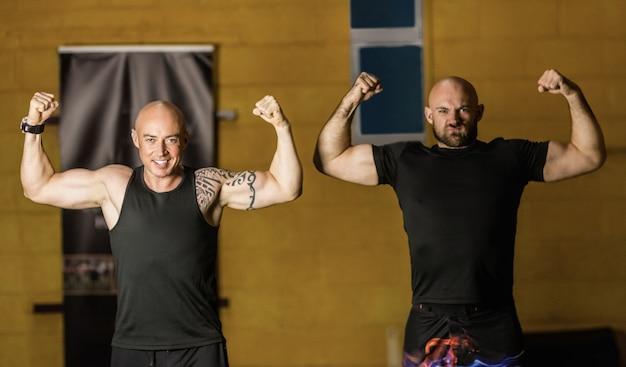 Retrato boxeadores tailandeses mostrando sus músculos