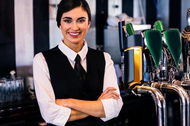 Retrato de camarera detrás del mostrador en un bar