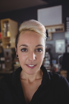 Retrato de camarera sonriente