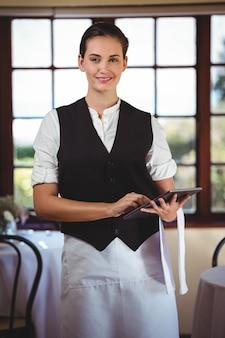 Retrato de camarera con tableta digital