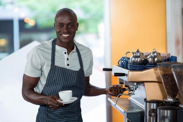 Retrato de camarero con máquina de café espresso