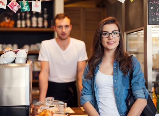 Retrato de camarero sonriente y hermosa clienta