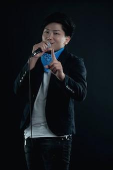 Retrato de cantante atractivo guapo