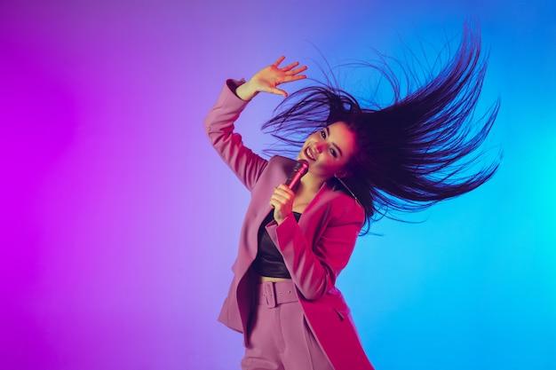 Retrato de cantante femenina en luces de neón