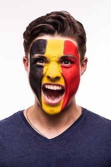 Retrato de la cara del apoyo del ventilador feliz equipo nacional de bélgica con la cara pintada aislado sobre fondo blanco.