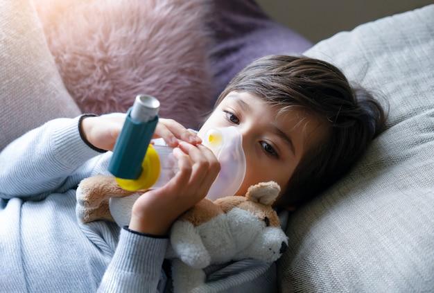 Retrato de cara de niño usando volumtic para tratamiento respiratorio