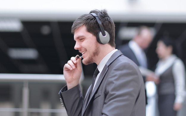 .retrato de un centro de llamadas de operador feliz en borrosa