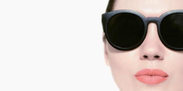 Retrato de cerca de una linda mujer con gafas de sol