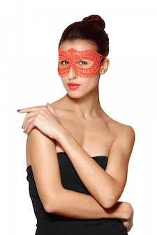 Retrato cercano de dama sexy en máscara de encaje rojo
