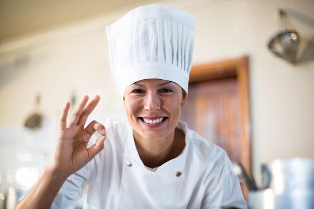 Retrato de chef feliz haciendo signo ok