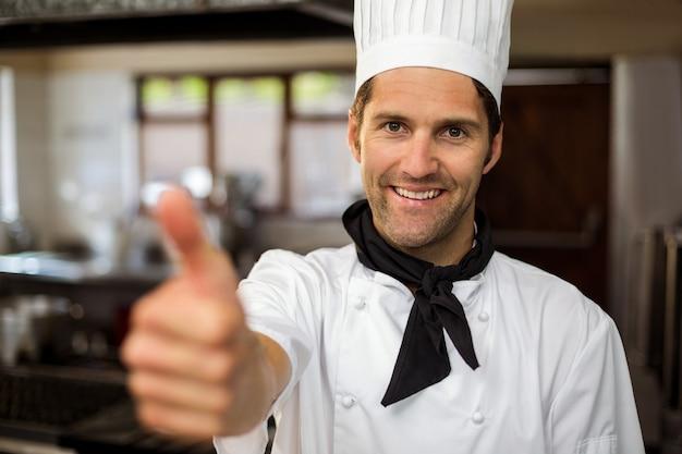 Retrato del chef sonriente mostrando los pulgares para arriba