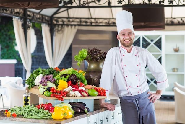 Retrato de un chef con verduras.