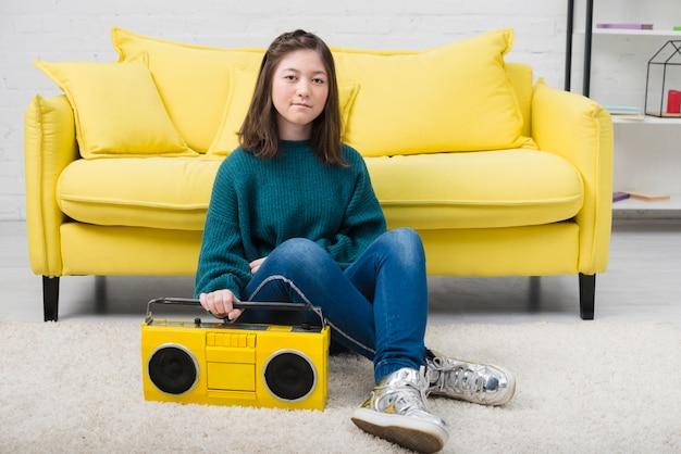 Retrato de chica adolescente con concepto de música