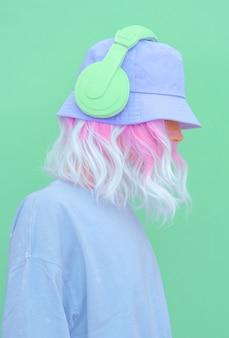 Retrato de una chica elegante con auriculares