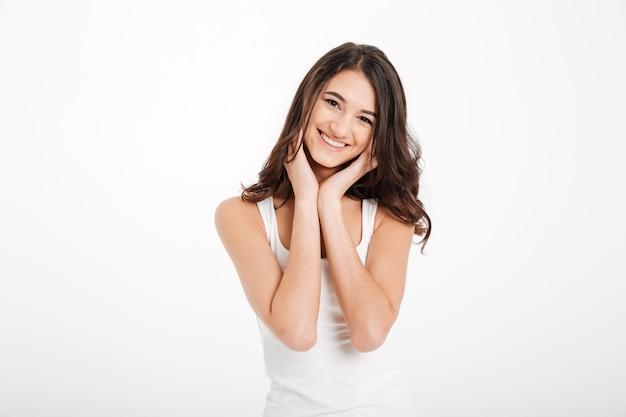 Retrato de una chica encantadora vestida con una camiseta sin mangas