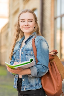 Retrato de chica enfrente de colegio