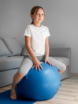 Retrato chica entrenamiento con pelota