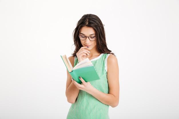 Retrato de una chica inteligente en vestido y anteojos