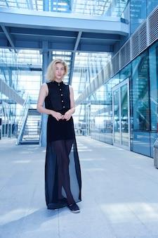 Retrato de una chica rubia fuerte vestida de negro del futuro