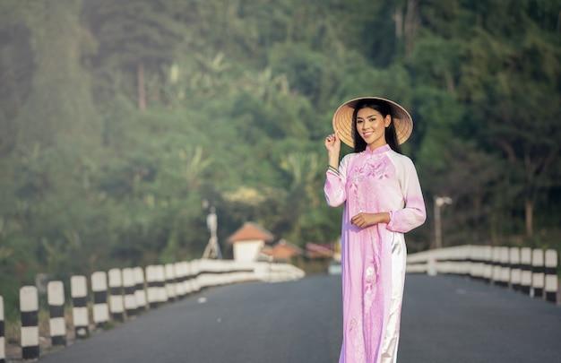 Retrato de chicas tailandesas con ao dai, vestido tradicional de vietnam