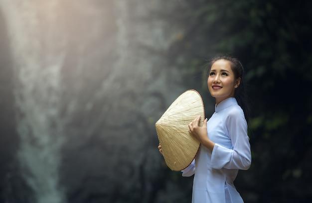 Retrato de chicas de vietnam con ao dai, vestido tradicional de vietnam.