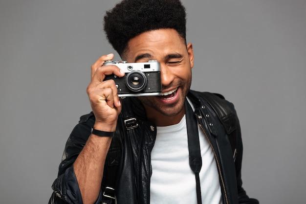 Retrato de un chico afroamericano feliz con chaqueta de cuero
