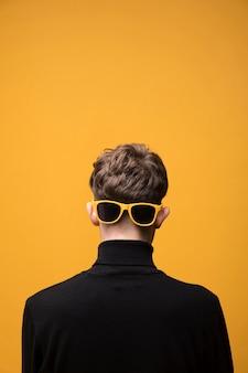 Retrato de chico de moda de detrás