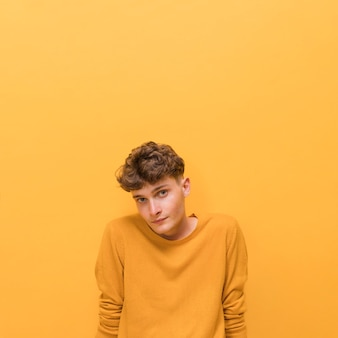 Retrato de chico de moda sobre fondo amarillo