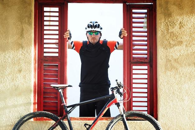 Retrato de ciclista en una vieja casa abandonada