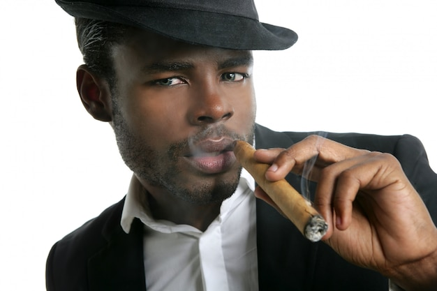 Retrato de cigarro fumando hombre afroamericano