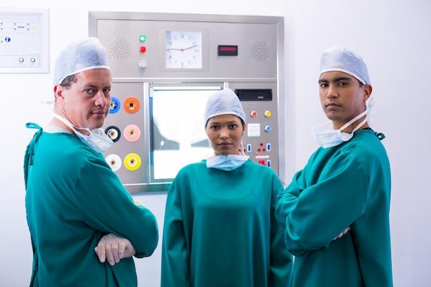 Retrato de cirujanos de pie en quirófano