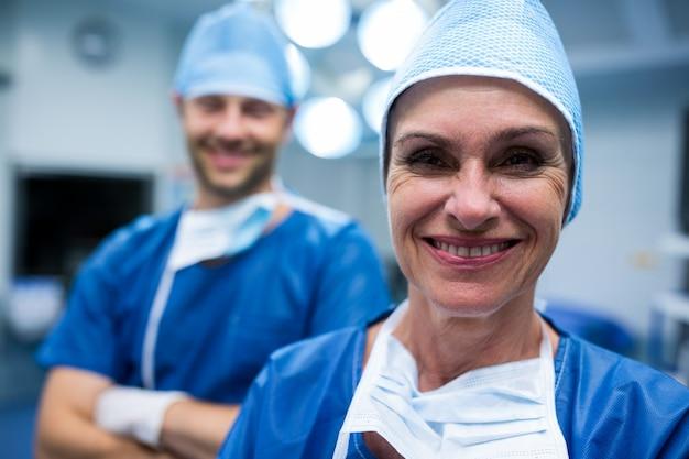 Retrato de cirujanos de pie en la sala de operación