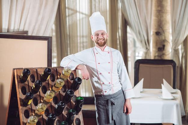 Retrato de un cocinero en un restaurante.