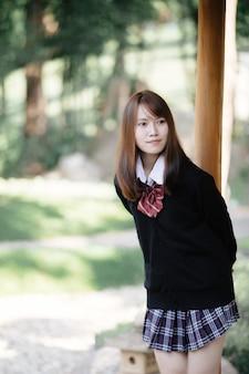 Retrato colegiala japonesa en jardín japonés y bosque de bambú