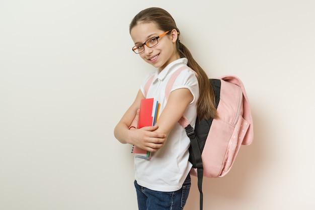 Retrato de una colegiala sonriente de 10 años.