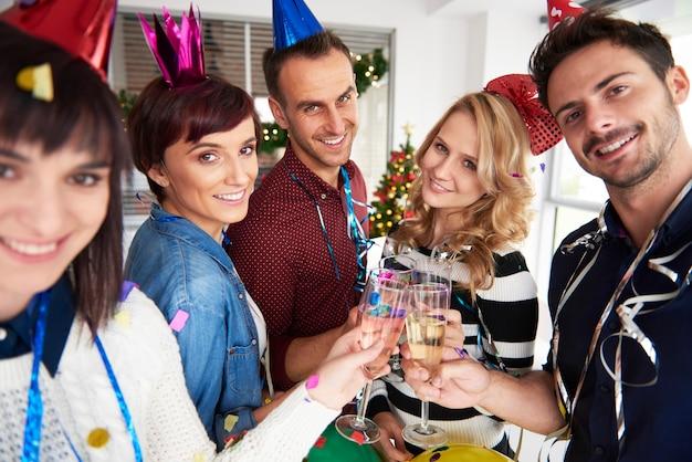 Retrato de compañeros de trabajo con champagne