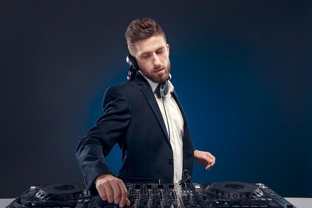 Retrato de confianza de dj con estilo de pelo con estilo y una mesa de mezcla