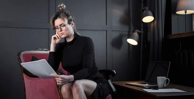 Retrato de confianza empresaria trabajando