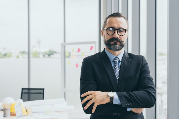 Retrato de confianza en la gestión ejecutiva de barba o director ejecutivo en la oficina moderna, espacio de copia