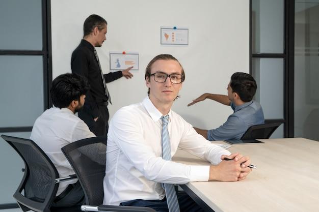 Retrato de confianza profesional en la sala de reuniones durante la lluvia de ideas corporativa.