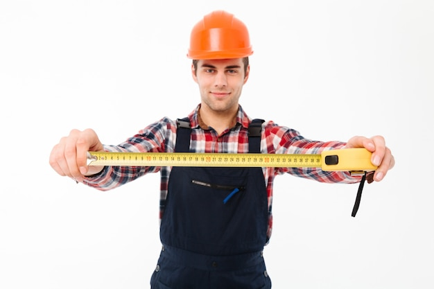 Retrato de un confidente joven constructor masculino