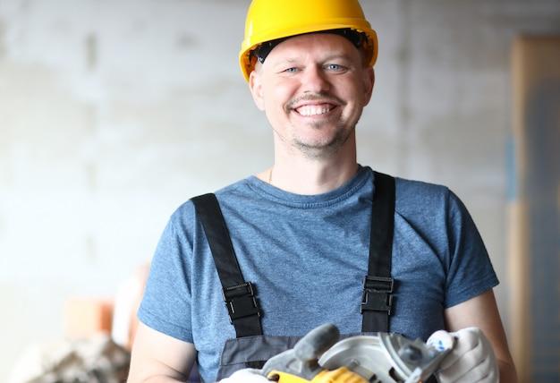 Retrato de constructor posando en sala inacabada