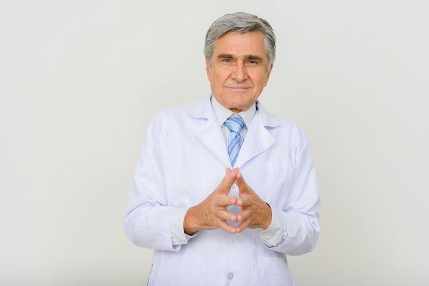 Retrato de consultoría médico senior guapo