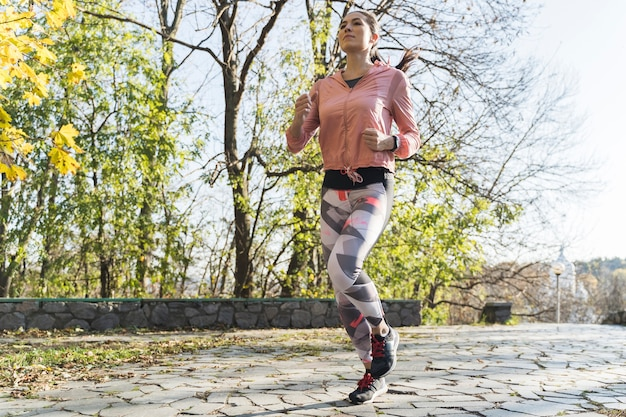 Retrato de corredor correr al aire libre