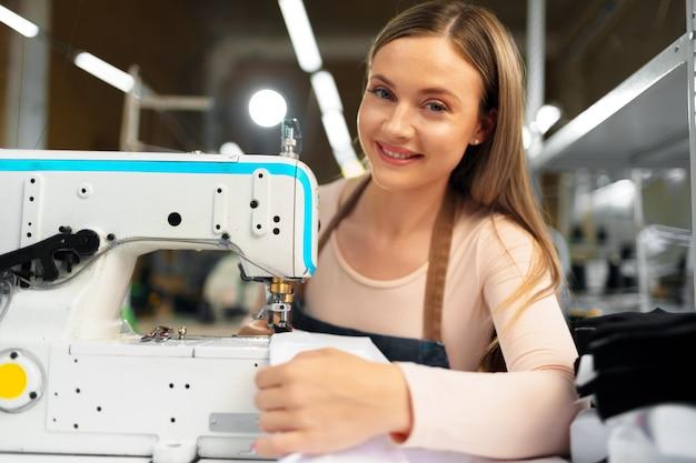 Retrato de costurera trabajando con máquina de coser